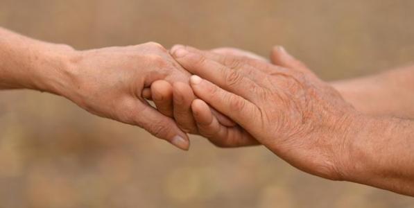 a6910500f 2- رجل سبعيني يتزوج من حبيبته بعد انتظار دام 43 عاماً
